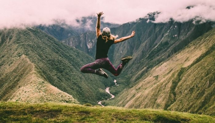 a woman hiking the inca trail in ecudaor